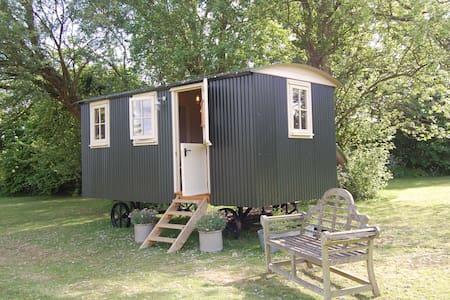 Luxury Shepherds Hut with Ensuite - Barraca