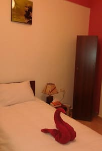 single room with nice decoration , just 10 minutes walking from Roman Theater and Citadel. free parking.shared bathroom.