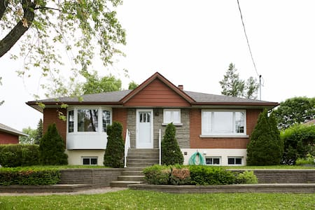Sunny house in Laval (Montreal) - Rumah