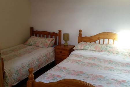 Clean comfy cosy home with parking - Tuam - House