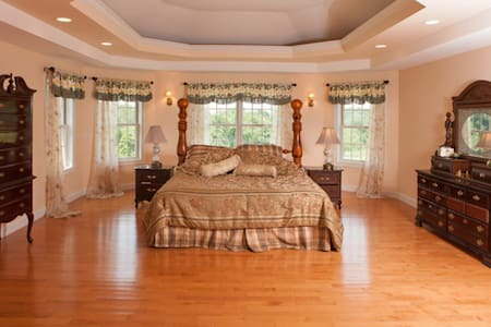 Gregorian Manor Master Suite - Hyde Park
