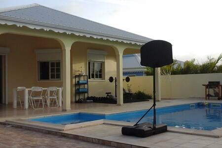Nouvelle maison avec piscine.
