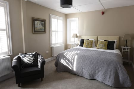 Woodstock Suites, Woodcote - Charlton - Bed & Breakfast