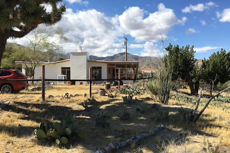 Modern Desert Retreat -- private w/ excellent view - Haus