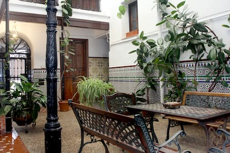 Suite in Old Town Courtyard House! - House