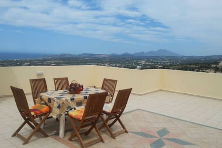 Lovely house with magnificent view, close to beach - Maroulas