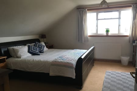 Lovely Double Bedroom with ensuite Shower Room - Casa