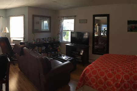 Bright studio apartment close to everything! - Asbury Park - Apartment