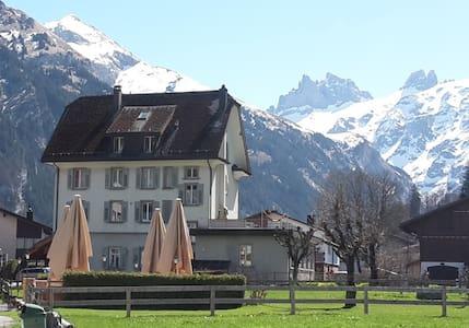 Schlafen mit Bergpanorama, zentral - Engelberg - Lägenhet