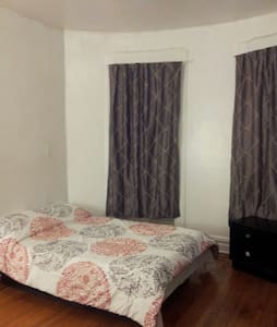 Room in Lic, Queens brick townhouse