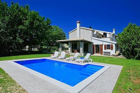 Charming Villa Garibaldi with Pool - Hus