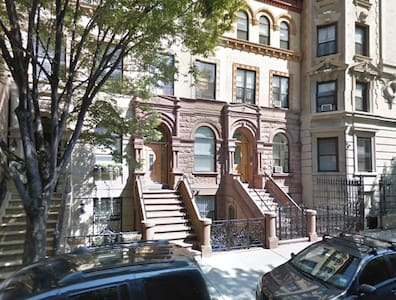 Large brownstone sunny apartment with private room - New York - Apartment