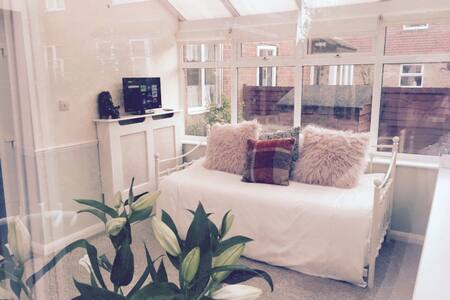 Bright, airy & private garden room! - House