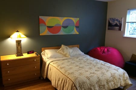 Nice room in a cozy apartment in downtown Menlo Park. Full size bed, nice linens, Apple TV and a cozy chair. Shared bathroom. Great for one person who is traveling or staying for work or school.