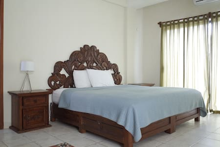 LOCATION!! king size bed, 5th ave and the beach! - Byt