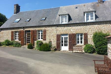 Beaux gîtes pour 14+ - piscine privée chauffée - Saint-Georges-de-Reintembault