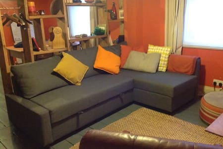 Retro styled flat in vibrant area - Flat