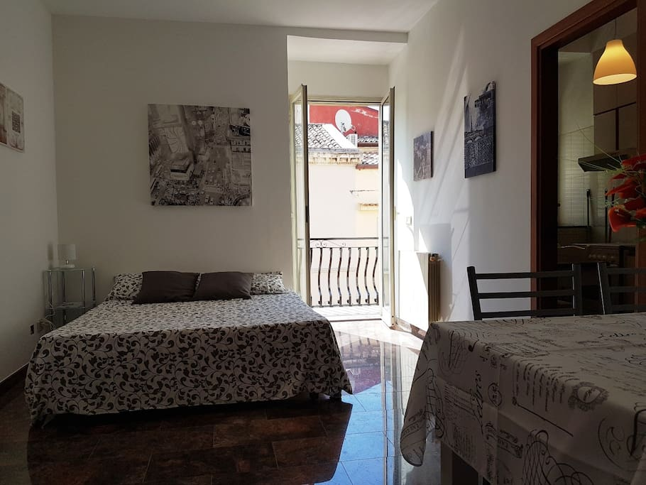 Salone con divano letto e terrazza