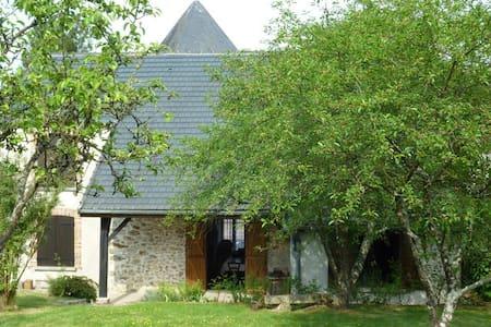Maison de campagne+ jardin au calme - Dům