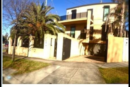 Clean private floor/room in mansion - Malvern - House