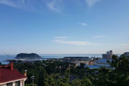 Apt w/Great Views of Mt. & Beach - Donghong-dong - Apartment