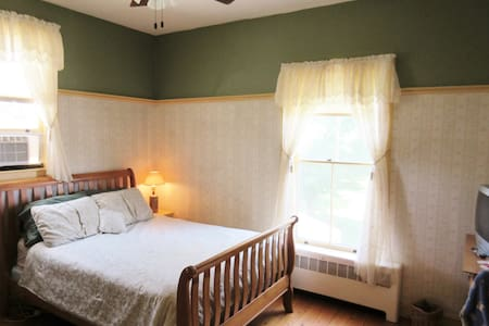 Emerson House B&B Hunt Room - Vergennes