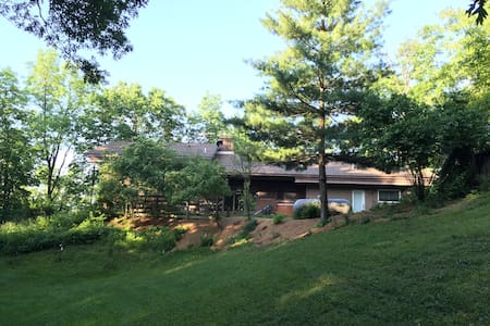 Charming Hillside Country Home - West Lafayette - Ev
