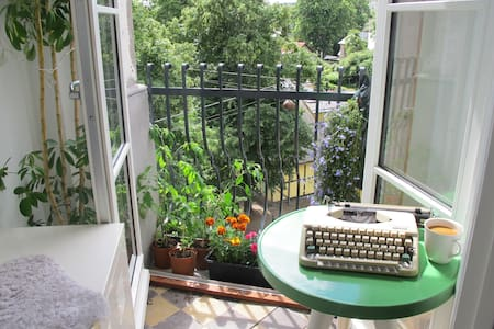 Bright, big and lovely room with private balcony! - København - Apartment