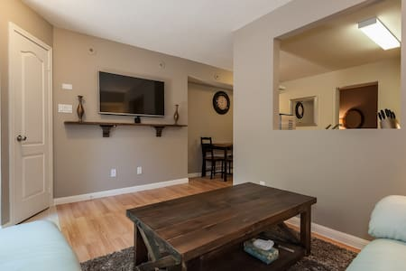 2 Bed-Heart of King West w/ Parking