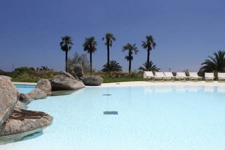 Villa with sea view and large swimming pool - Villasimius - House