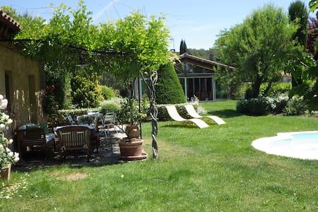 Chambre calme avec piscine pays Aix + buanderie - Villa