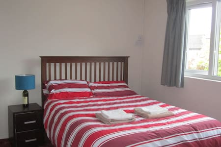 15 min walk from center. The room will be bright and big enough to fit a travel cot or a spare mattress. Shared bathroom. Breakfast included (cereals, toast, tea and coffee). Other guests may be in the other room when i don't have my daughter.