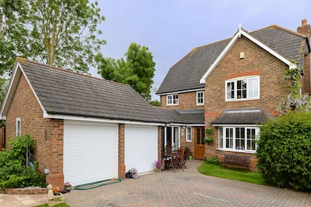 Lovely Detached Home Near Windsor - Casa