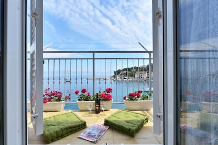 Seafront apartment on island Solta - Talo
