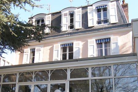 """Belle Chambre d'hôte """"Montmartre"""" - Noisy-le-Grand - Bed & Breakfast"""