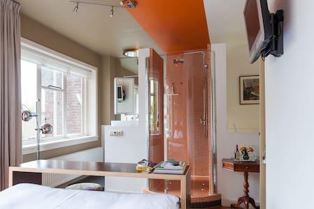 "B&B Tilburg ""Orange Submarine"" - bathroom-ensuite - Tilburg"
