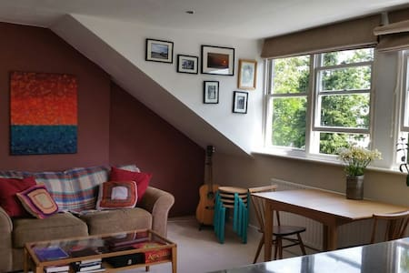 Arty bright cheerful 2-bed flat