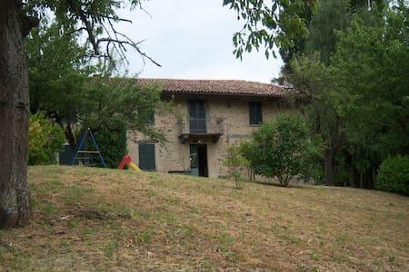 Casa nelle Langhe, Alba, Piemonte, Italia - Cossano Belbo - Hus