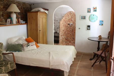 A unique and peaceful garden flat with own entrance, kitchen, toilet and shower in Mijas pueblo. Apartment is the bottom floor of a town house. Free wifi and electricity, own terrace. Great for one person, a couple or two friends. For dog lovers.