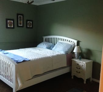 Private Room and Bathroom in 2 Bedroom Condo - Wohnung