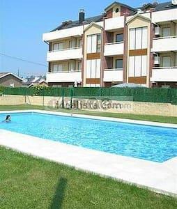 Bonito dúplex con jardín y piscina - House