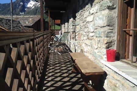 Casa in pietra '700 vista Monterosa - Haus