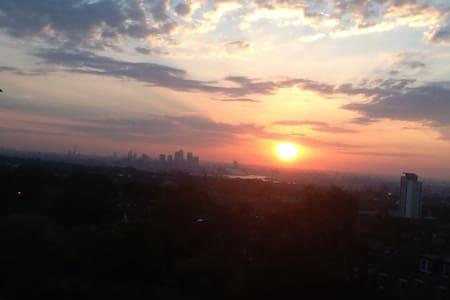 Stylish. Panoramic city views. - Pis