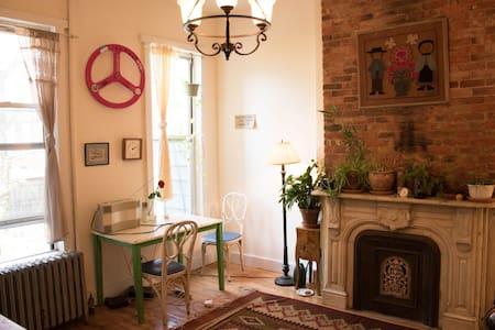 Cozy room in Brooklyn Brownstone