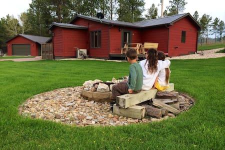 The Little Red Inn. Quiet & Clean - Custer