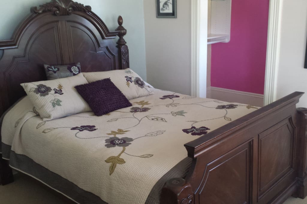 Queen size bed, with additional cots available