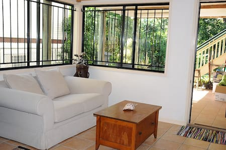Private floor, double bed, wifi, TV - Casa