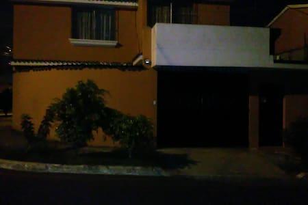SE ALQUILAN CUARTOS O CASA COMPLETA - Ház