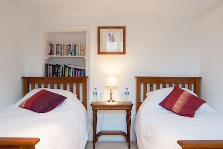 Lake Farmhouse - Courtyard bedroom - Sheepwash - Bed & Breakfast
