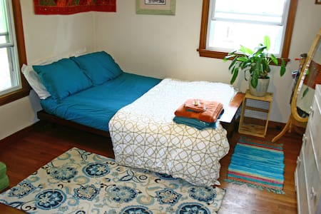 Walk to Campus! Comfy, Bright Private Room - House